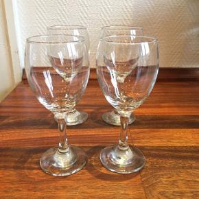 12 flotte intakte vinglas. Kan afhentes i de viste kasser.
