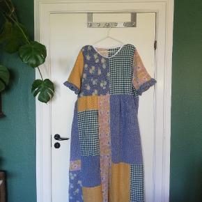 Ønsker du en kjole i stil med denne? Jeg syer kjoler i alle afskygninger - mangler du en patchwork kjole så skriv endelig, og så laver jeg en specielt til dig, uanset størrelse ☀️❤️ Alt stof er genbrug