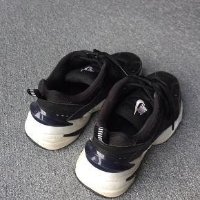 Nike M2K Tekno i sort/mørkeblå. I str. 40,5, men svarer til en hel normal str. 40. Er virkelig passet godt på. Vaskes inden de sendes. Prisen på fragten kan bestemmes.  450 kr + FRAGT!