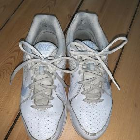 """Nike sneakers i modellen """"view 3"""".  De er brugte, men stadig i OK stand. Lidt små i størrelsen."""
