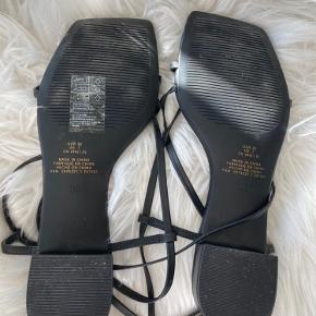 Sælger disse super fine sandaler med en lille hæl. De har været brugt en enkelt gang men i meget kort tid. De har ingen skader eller lign.   ➖Sendes på købers regning (fragt+gebyr) ➖Jeg handler kun gennem Trendsales ➖Alt kommer fra røgfrit hjem  ➖Intet er reserveret, før det er betalt ➖Købte vare tages ikke retur ➖Jeg prismatcher IKKE! ➖Husk gerne at afgiv en vurdering, det hjælper os begge i fremtidige handler OBS. Lyset kan forvrænge farver.