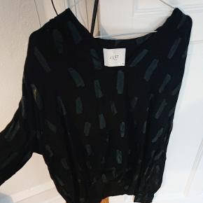 Flot trøje med små detaljer. 100% viskose BYD gerne
