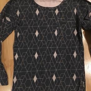 Lækker trøje i mørkegrå med mønstre i rosa, kobber. Kun brugt 2-3 gange.