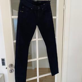 Super fine sorte jeans fra Tiger of Sweden i slim fit. Er i et lidt tykkere stof/materiale (97% bomuld). Har både lommer foran og bag på.  Størrelse 32 i waist og 34 i længden.  Fremstår som nye, fejler intet.  Kom med et bud. Mængderabat gives ved køb af flere dele.  Sender gerne på købers regning.