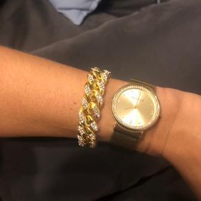 Det er ikke ægte guld det er et armbånd fra hm, super flot! Det er desværre for stort til mit håndled 😥