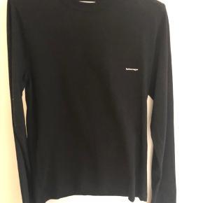 Langærmet bluse fra Balenciaga  Str xs - jeg bruger s/xs den passer mig perfekt  Brugt få gange. Ingen slid eller pletter. Sælges med Balenciaga pose og bøjle  Bud er velkomne  Nyprisen er omkring 2800 kr