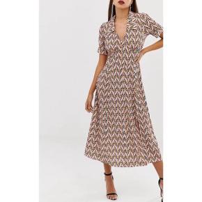 Virkelig fin kjole 🧡 En lille smule tung i stoffet, som gør at den falder flot.  Flere billeder haves ikke.