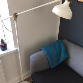 Gulvlampe fra IKEA af modellen Ranarp. Lampen er i meget god stand. 153 cm høj og justerbar i både arm og hoved. Sælger også væglampe i samme model til 75 kr., se billede 3.