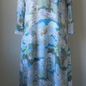 Stine Goya Dean Dress med prismærke, aldrig brugt Farve: Dreamscape Aqua Nypris 2400