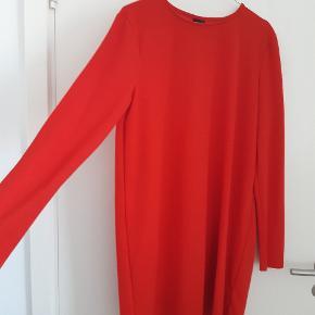 Flot simpel kjole fra gina tricot i rød  Str xl men passer mange forskellige størrelser vil jeg mene