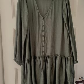 Fin Neo Noir kjole i str M. Army grøn, med let shine. Brugt ganske få gange, derfor rigtig fin stand. Sender gerne :-)