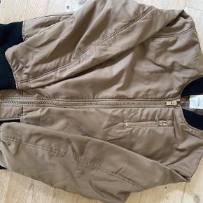 Fin jakke, som ikke er brugt meget. Den er ca. 3 år gammel, men har ligget i skabet. Ingen huller eller pletter.