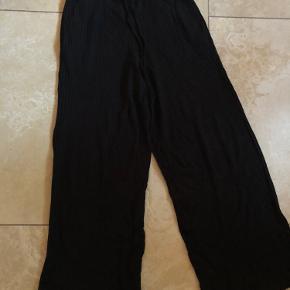 Super bløde og lækre højtaljede løse bukser. Så rare og dejlige at have på. Købt for 450 kr og brugt én gang