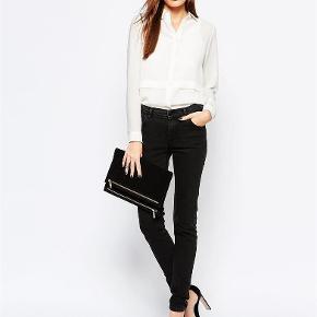 Varetype: jeans Farve: Dark Blue Oprindelig købspris: 800 kr. Prisen angivet er inklusiv forsendelse.  Modellen hedder Storm Jeans;)