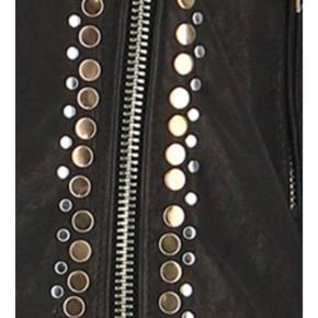 Den fedeste jakke ever. Jeg købte den i s, da det er det jeg normalt bruger, men må sande, at den er lille i str , så jeg måtte investere i en ny, da det er et musthave. Den har været på 4 x 1/2 time og fremstår som ny. Den er SÅ lækker - blød og virkelig kvalitetsskind.