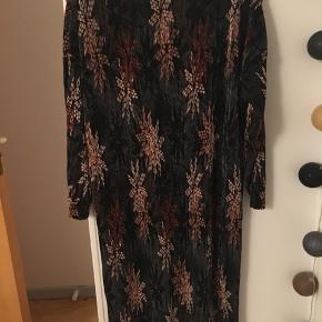 Mega fed plisseret t-shirt kjole med flot print med abstrakte blomster eller stjerner. Farverne er brun, off-white, pudder og sort. Passer str S-L. Købt vintage fra mærket Cha-Cha, men standen er super god. Formentligt fra 1990'erne. Kom med et bud.  Varen befinder sig i 9520 Skørping. Sender med DAO.  Se også min øvrige annoncer. Jeg sælger tøj, sko og accessories. Pt er min shop fuld af vintagekup, high street fund og mærkevarer i mange forskellige str. Kig forbi og spøg endelig!