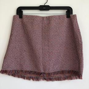 💗 Super fin nederdel, der går til cirka midt på lårene 💗 Der er elastik i toppen og den har et løst fit 💗 Brugt max 2 gange og fremstår derfor som ny