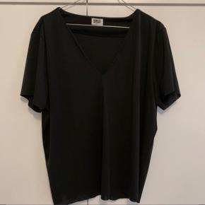 Weekday t-shirt i fint stof, som får den til at falde fint. Brugt en enkelt gang.