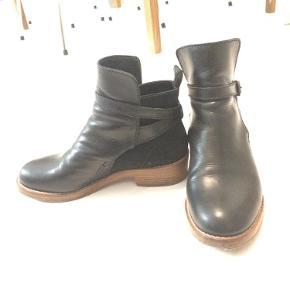 Acne, Clover. Støvlerne er kun let brugt og fremstår i flot stand. De er blevet forsålet med gummi, for at skåne lædersålen.støvlerFarve: sort Oprindelig købspris: 3200 kr.