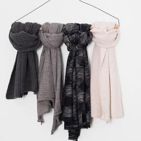 Det smukkeste tørklæde i cashmere/silkeblanding fra Aiayu.  80% cashmere, 20% silke  Nypris 2899,- modellen hedder Riri   Bytter ikke