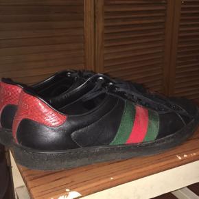 Skoene er str. 41, men de fitter en på 40, skoene kan hentes på adressen som der vil blive oplyst når du skriver til mig.