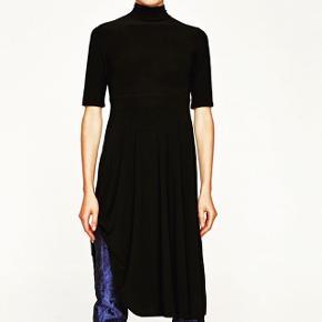 Ubrugt. Mærket på. Sort højhals kjole med sløjfe binding.