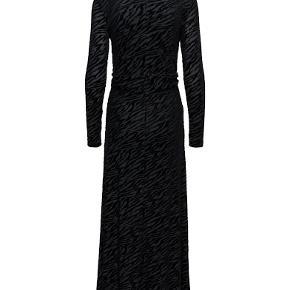 Ganni Adrian dress i mørkeblå med sort velour - kun brugt én gang.  Str. 40