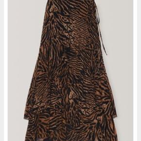 Utrolig smuk slå om nederdel. Sælges pga forkert str. Str 40. Nypris 1499. Standen er 100% perfekt og ny.