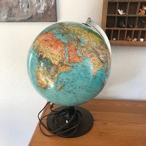 Skøn ældre globus fra øst og vesttysklands tiden, virkelig velholdt , se alle billederne                          Mp 425kr  Randers nv ofte Århus Ålborg Odense København mm  Til salg på flere sider