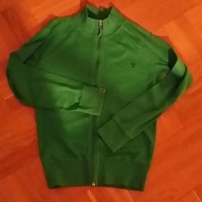 Varetype: cardigan Farve: Grøn Oprindelig købspris: 399 kr. Prisen angivet er inklusiv forsendelse.  Smart cardigan/trøje med lynlås. Lækker kvalitet og i god stand.  Længden er 64cm.
