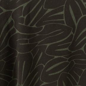 Kjole fra ICHI i armygrøn mønster. Nypris: 899kr