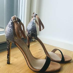 Varetype: Heels Farve: Multi  River Island sandals almost as new. Size 38