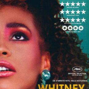 0348 - Whitney (Dokumentar) (DVD)  Dansk Tekst - I FOLIE   Whitney Den fænomenale sangerinde Whitney Houston er den kvindelige musiker, der har slået flest rekorder i musikhistorien nogensinde. På verdensplan solgte hun over 200 millioner albummer, og hendes status som verdensstjerne blev kun cementeret yderligere af, at hun spillede med i adskillige blockbusterfilm. Den umådeligt omfattende karriere fik dog en brat ende, da Houston blev fundet død i et badekar i en alder af kun 48 år. I Whitney fortæller den Oscar-vindende instruktør Kevin MacDonald historien om stortalentets op- og nedture og undersøger, hvordan og hvorfor det dog kunne ende så galt. Det er lykkedes ham at få interviews med den nærmeste familie, venner og kollegaer, og resultatet er et ekstremt dragende og bevægende portræt af en af vor tids største sangerinder. Tekst fra pressemateriale