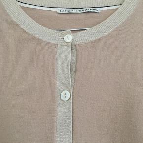 Fin og enkel cardigan i nude. Kanter med lidt glimmereffekt. Sælger den også i marineblå.  ængde: 63 cm Omkreds bryst: 102 cm Fra skulder til skulder: 46 cm