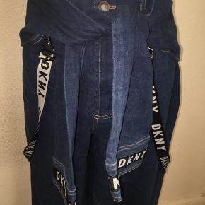 Mørkeblå jeans fra dkny i størrelse medium med ærme detalje der kan bindes og seler.