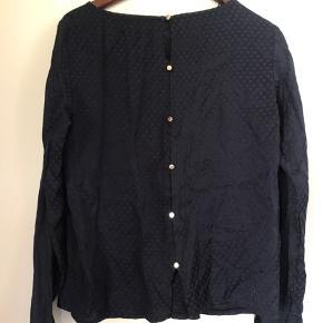 Flot skjorte-aftig bluse med guld-knapper ned langs ryg og ved ærmer. Behagelig at have på/god pasform. Kun Afhentning