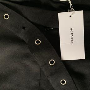 """Lækre Hosbjerg bukser med svaj. Bukserne er aldrig blevet brugt, kun prøvet på, hvor den ene """"ring"""" fra bæltet desværre faldt af. Nypris 700 DKK. Kan sendes hvis køber betaler for fragt."""