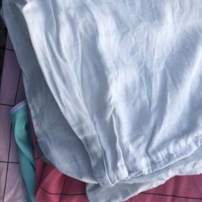 HAY sengesæt, næsten som nyt, vasket få gange. Jeg sælger to sæt, 250kr. Pr. sæt, eller 475kr. Samlet.