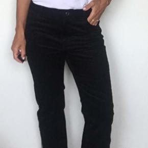 Super fede fløjlsbukser i sort. I god stand. Str 42, men passer nok mere en 38.