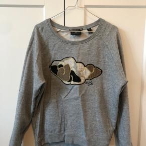 Fin sweatshirt med print og guld tråd. Brugt få gange, ingen synlige brugsspor.