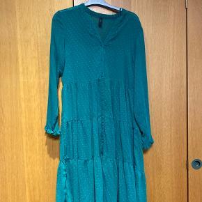 Fin kjole til ned over knæene. I en grøn farve (den rigtige farve er på billede 2)  Størrelse M