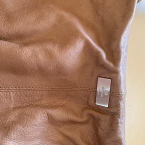 Meget smuk og rumlig håndtaske i blødt skind.