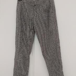 Slacks /bukser fra Envii med dogtooth mønster. Størrelse står ikke på, men passer en small/medium.