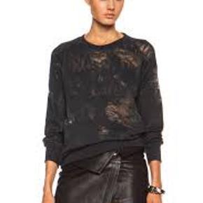 IRO Jeans sweatshirt, mørkegrå. Med bevidste hul detaljer indvendigt i stoffet. Der er lavet reparation på det ene ærme nederst ind mod kroppen. Pris derefter. nypris 1400.- Første 2 foto fra nettet.