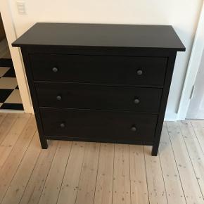 Sort IKEA HEMNES kommode sælges.B:108 D:50 H: 96 Sælges grundet flytning.