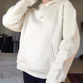 Sælger denne lækre hoodie da jeg aldrig har fået den brugt. Prismærket kom jeg til at klippe af men den er helt ny!  Den er SUPER god kvalitet og nok den blødeste hoodie man kan finde:) Er lidt rynket da den har ligget i en skuffe!