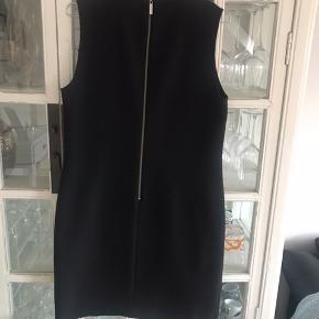 Super flot Sand kjole i virkelig lækker kvalitet. Kun brugt en gang. Sælger da den desværre er blevet for lille. 100 % røgfri. Prisen er fast og bytter ikke.