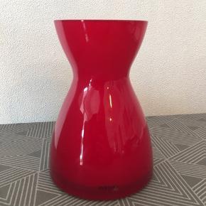 Eva Solo rød vase, 20 cm høj.