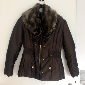 Zara lækker kort brun jakke med fake pelskrave str M.  Brystmål ca 2x47 cm og længde ca 63 cm.