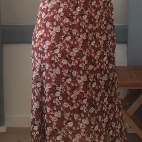 Super fin slå-om nederdel fra Neo Noir, sælges da jeg ikke får den brugt længere.